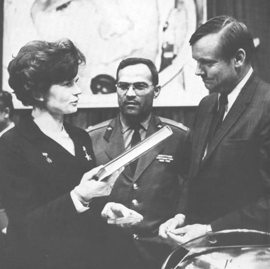 Tierieszkowa w Muzeum Gagarina wręcza pamiątkowe publikacje Neilowi Armstrongowi, pierwszemu, który stanął na Księżycu.