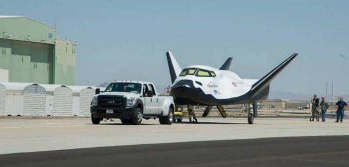 Miniwahadłowiec Dream Chaser na płycie lotniska w bazie Dryden / Credits: SNC