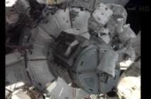 Astronauci przy śluzie Quest / Credits - NASA TV
