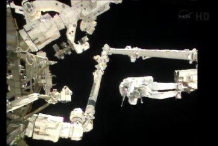 Luca Parmitano na końcu SSRMS / Credits - NASA TV