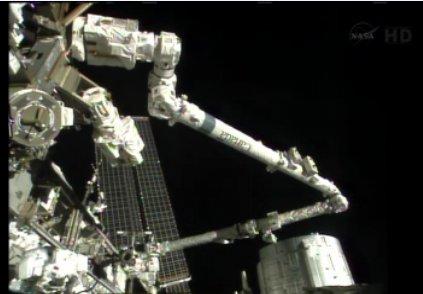 Luca Parmitano pracuje przy Z1 (dolny lewy róg, widoczna włoska flaga) / Credits - NASA TV
