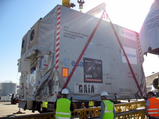 Załadunek kontenera z sondą Gaia na pokład Antonowa / Credits: ESA