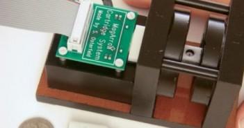 Naukowcy opracowali niewielkie i przenośne urządzenie do szybkiego określenia zaabsorbowanej dawki promieniowania na podstawie zmian w koncentracji białek we krwi. Na zdjęciu znajduje się magnetyczny-nanosensor (czytnik), kaseta na chip i chip. (S. Wang)