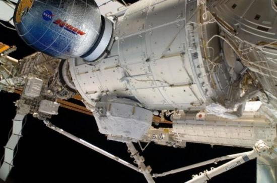 Wizja przyłączonej do tylnego węzła modułu Tranquility eksperymentalnej platformy BEAM, będącej nadmuchiwanym modułem / Credits: NASA, Bigelow Aerospace