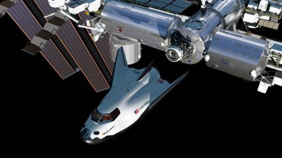 Artystyczna wizja cumującego do łącznika PMA-2 statku załogowego Dream Chaser / Credits: NASA/Sierra Nevada Corp.