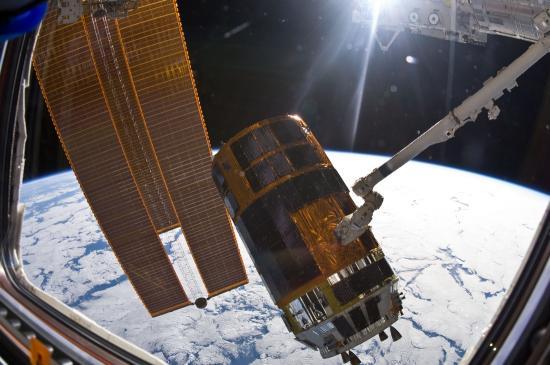 """""""Przechwycony"""" przez manipulator SSRMS japoński statek transportowy HTV / Credits: NASA"""