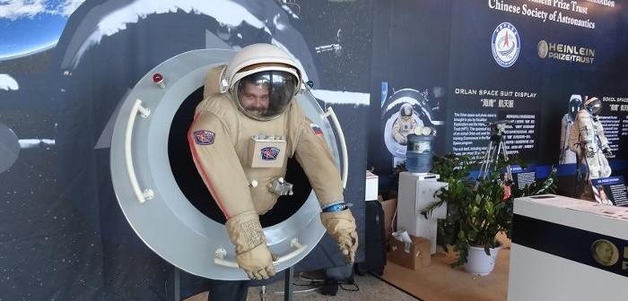 Michał Moroz we wnętrzu skafandra kosmicznego / Credits - Kosmonauta.net