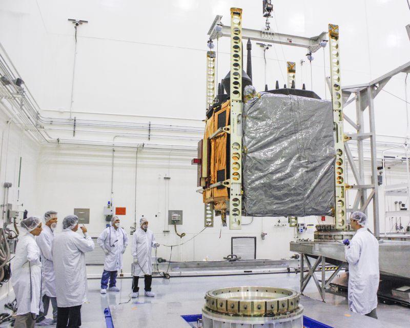 Przenoszenie satelity GPS IIF-5 / Credits: Boeing