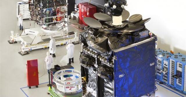 Satelita Inmarsat-5 F1 w trakcie prac naziemnych / Credits: Boeing