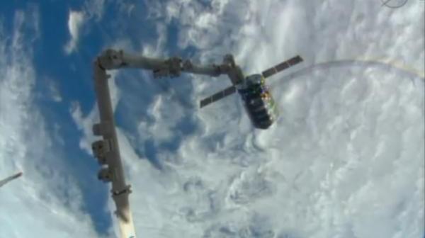 Cygnus w pobliżu ISS. Na pierwszym planie ramię SSRMS, które przechwyci statek / Credits: NASA TV