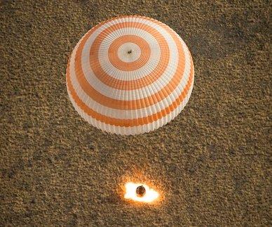Lądowanie Sojuza TMA-08M / Credits - Bill Ingals, NASA
