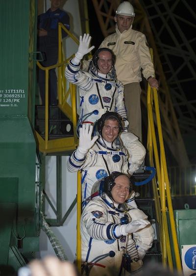 Załoganci Sojuza TMA-10M w drodze do statku / Credits: NASA