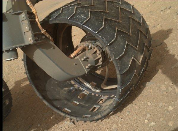 Widok na przednie lewe koło Curiosity / Credits - NASA, JPL, MSSS
