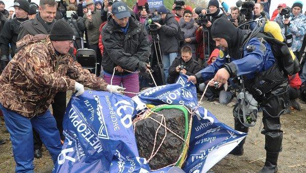 Wydobycie największego fragmentu meteorytu czelabińskiego / Credits: RIA Nowosti
