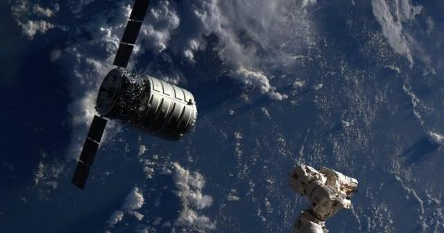 Bezzałogowy statek Cygnus i manipulator Stacji ISS o nazwie CanadArm2 / Credits: NASA/ESA