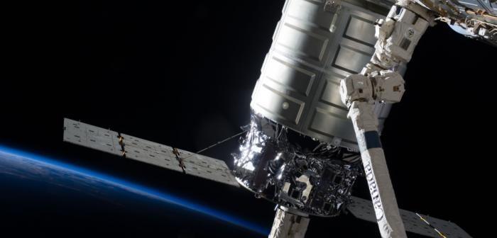 Statek Cygnus w uchwycie manipulatora CanadArm2 / Credits: NASA