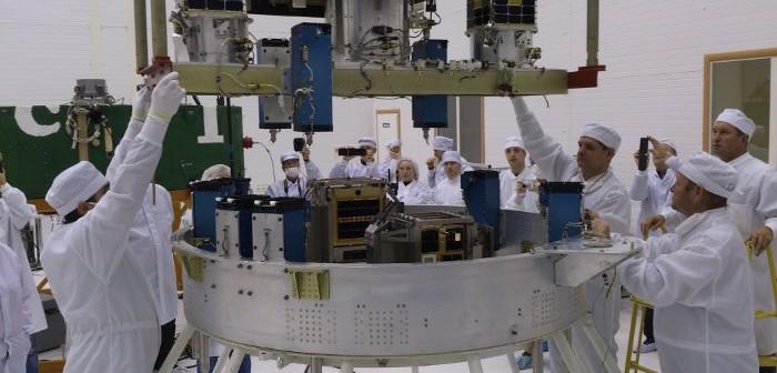 Proces integracji satelitów z rakietą nośną / Credits - blog.isilaunch.com