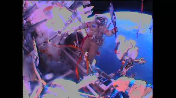 Rosyjski kosmonauta ze zniczem olimpijskim / Credits: NASA TV