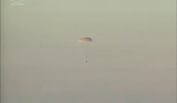 Kapsuła Sojuz TMA-09M opada na spadochronach / Credits: Roskosmos