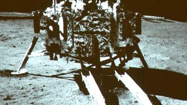 Lądownik Chang'e 3 na Księżycu / Credits - CNSA