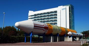 Rakieta H-II-GTV przed budynkiem Centrum Kosmicznego Tsukuba / Credits: Polimerek, Source: WikiCommons, License: CC-BY-SA-3.0