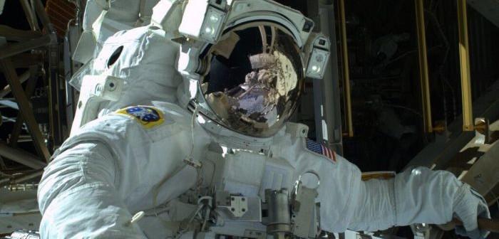 Astronauta Mike Hopkins podczas spaceru EVA-24 / Credits: Twitter, @Astrolllini