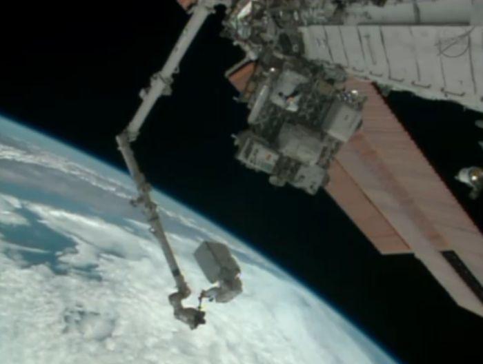 Mike Hopkins w czasie transportu nowego modułu pompy systemu chłodzenia / Credits: NASA TV