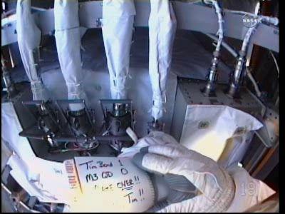 Przewody amoniaku przy pompie chłodziwa / Credits - NASA TV