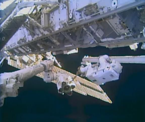 Prace podczas EVA-24 / Credits - NASA TV