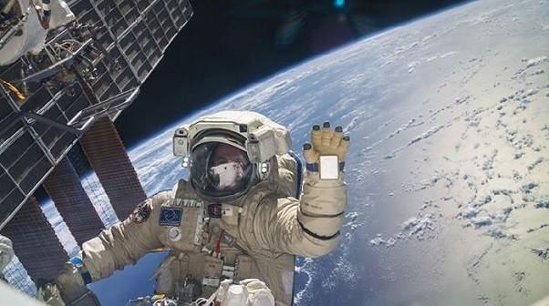 Kadr ze spaceru kosmicznego / Credits: NASA-TV