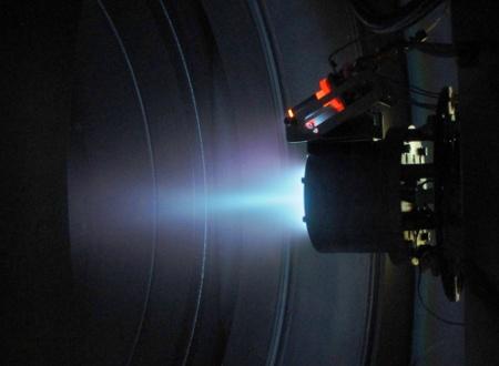 Próba pierwszego polskiego silnika rakietowego w komorze próżniowej ESTEC / Credits: IFPiLM