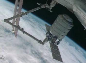 Komercyjny statek Cygnus podczas łączenia z ISS / Credtis: NASA