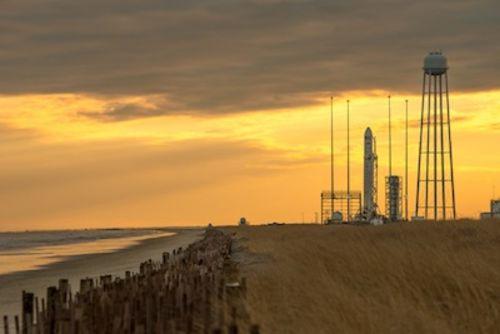 Rakieta Antares na stanowisku startowym 0A w porcie MARS / Credits: NASA/Bill Ingalls