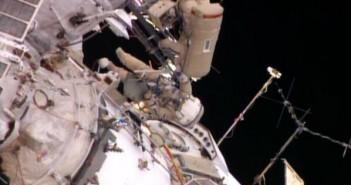 Oleg Kotow oraz Siergiej Riazanskij pracują przy instalacji kamer UrtheCast / Credits - NASA TV