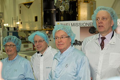 Oficjele na przekazaniu korpusu sondy ExoMars 2016 / Credits: OHB System AG