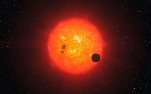 Egzoplaneta okrążająca gwiazdę centralną / Credits: ESO