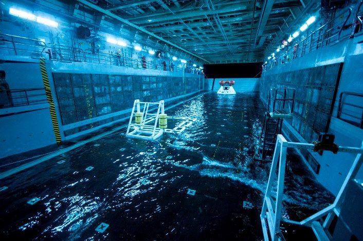Testowa kapsuła Orion w hangarze USS San Diego / Credits: NASA