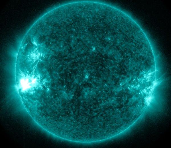 Pięć minut po fazie maksymalnej rozbłysku klasy M6.6 z 30 stycznia 2014 / Credits - NASA, SDO