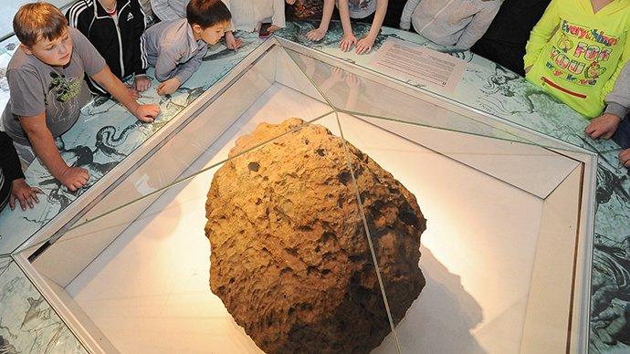 Jeden z większych znalezionych odłamków meteorytu, dziś jako eksponat w muzeum w Czelabińsku / Credits - Aleksandr Kondratuk / RIA Novosti