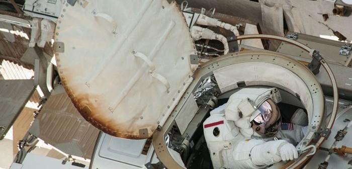 Astronauta wychodzi na spacer kosmiczny ze śluzy Quest / Credits - NASA