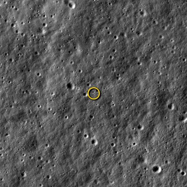 Zdjęcie poruszającej się kilka kilometrów niżej sondy LADEE z kamery sondy LRO / Źródło: NASA/Goddard/Arizona State University
