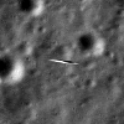 Powiększone czterokrotnie zdjęcie poruszającej się kilka kilometrów niżej sondy LADEE z kamery sondy LRO / Źródło: NASA/Goddard/Arizona State University