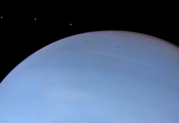 Despina na tle Neptuna / Źródło: NASA, JPL, Ted Stryk