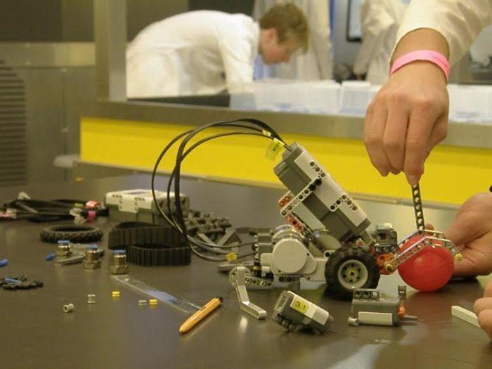 Konstrukcja z lego Mindstorms / PlanetPR