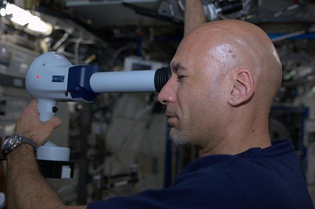 Luca Parmitano podczas badania oczu / Credits: ESA-NASA