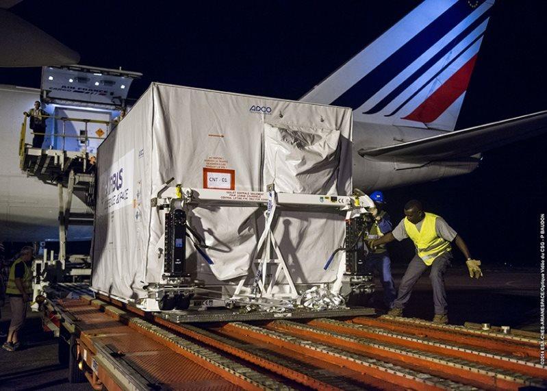 Wyładunek DZZ-HR z samolotu Boeing B-747 / Credits - Arianespace