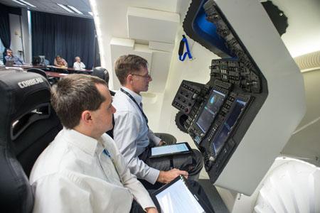 Chris Ferguson w symulatorze CST-100 / Credits: Boeing