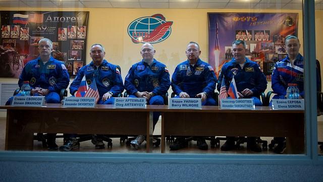 Druga część Ekspedycji 39, wraz z dublerami / Credits - NASA