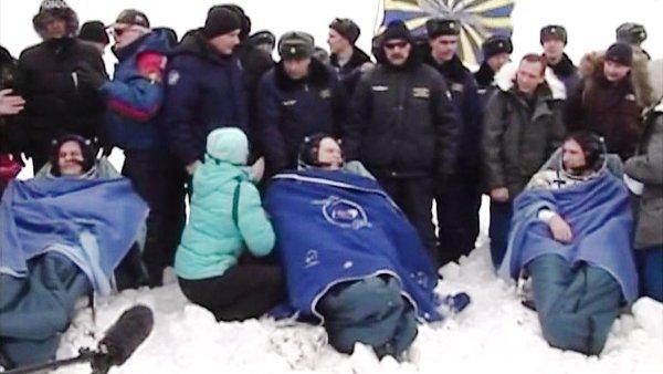 Załoga Sojuza TMA-10M po wyjściu z kapsuły / Credits - NASA TV