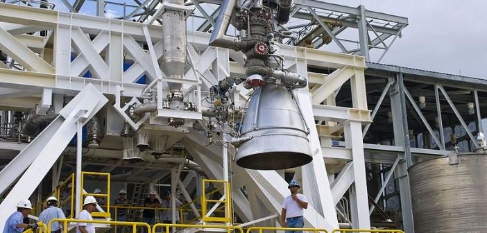 Silnik AJ26 na stanowisku testowym E-1 w centrum kosmicznym im. Stennisa / Credits: Aerojet Rocketdyne